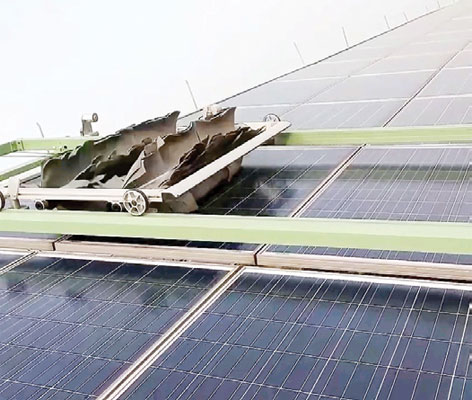 Automatic dust cleaning robot mounted on solar panels