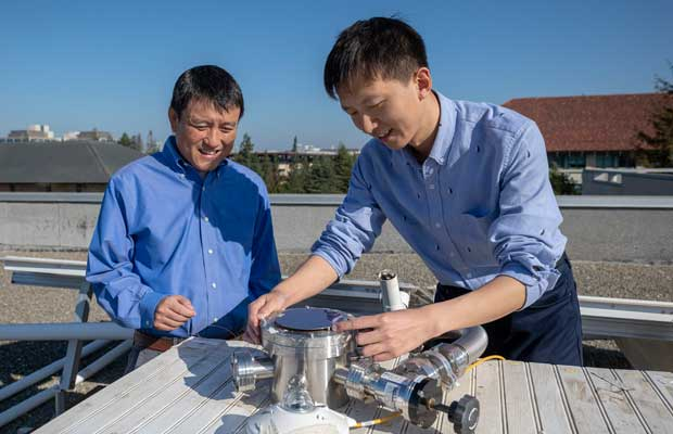 Professor Shanhui Fan and postdoctoral scholar Wei Li atop